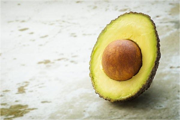 фото половины авокадо с семенем