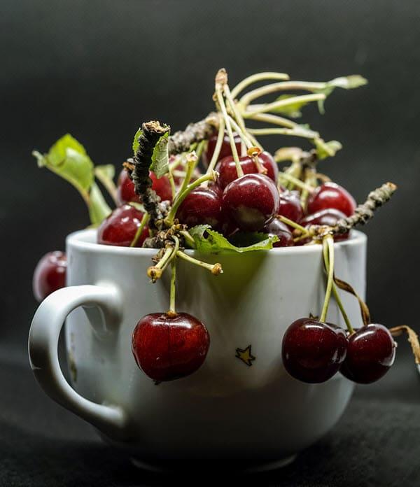 фото вишни в кружке