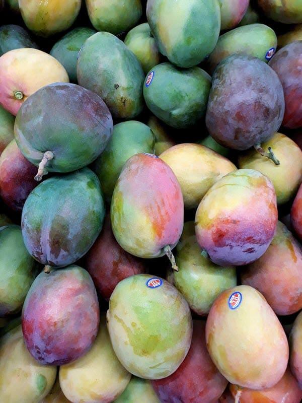 множество разных плодов манго