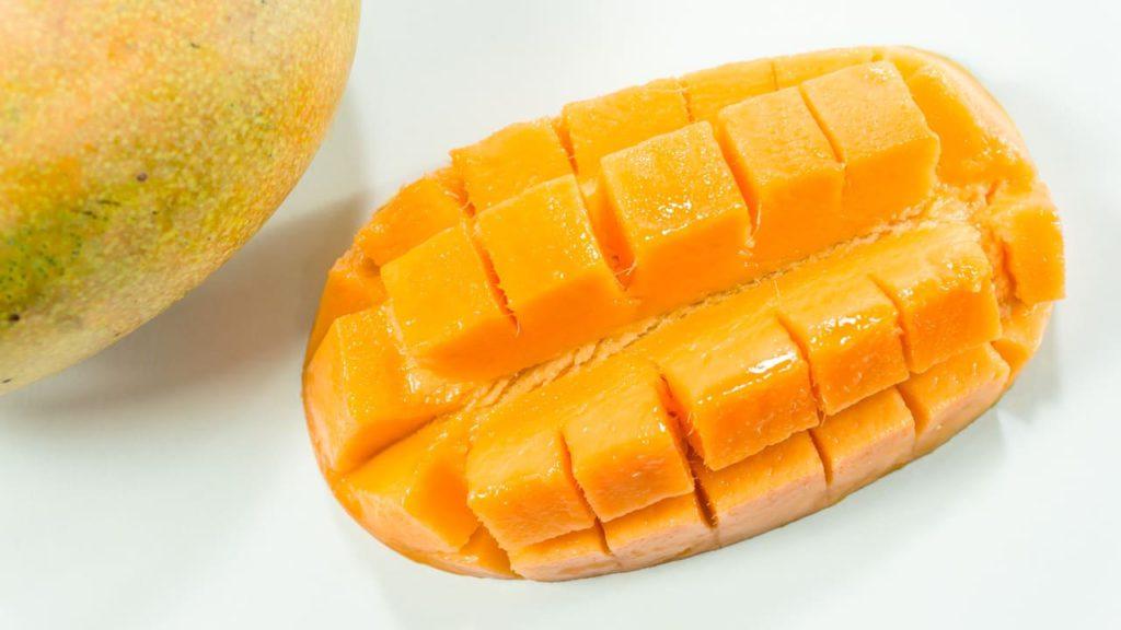 манго порезанное на кубики