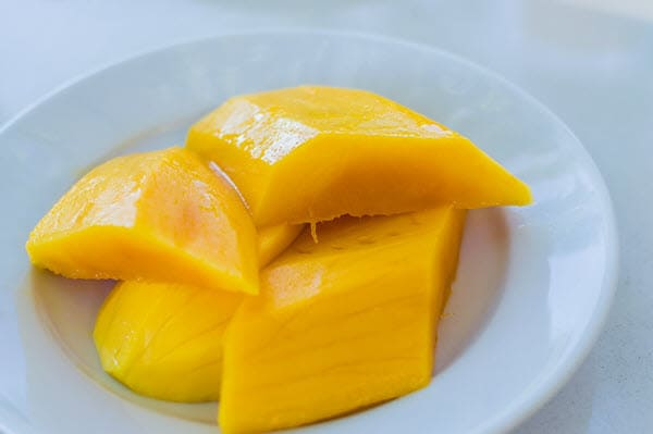 фото нарезанного манго на тарелке