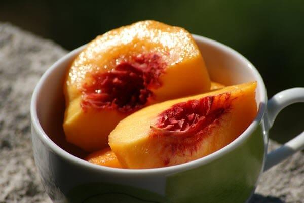 фото персика в кружке