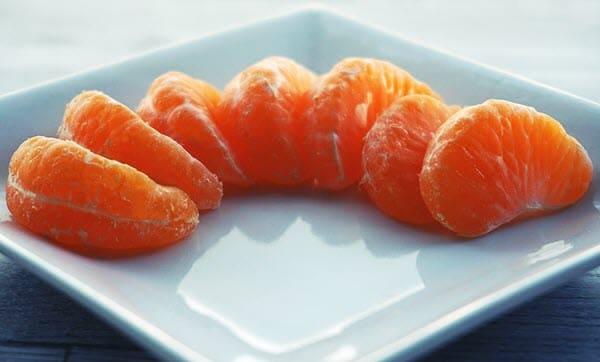 фото долек мандарина на тарелке