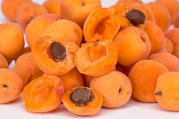 абрикосы и абрикосовые косточки