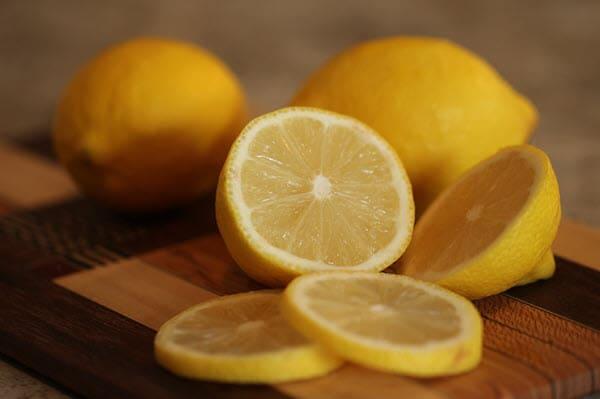 порезанный на дольки лимон