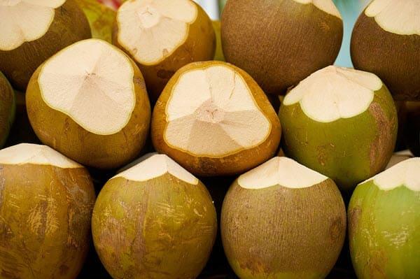 готовый кокос к употреблению