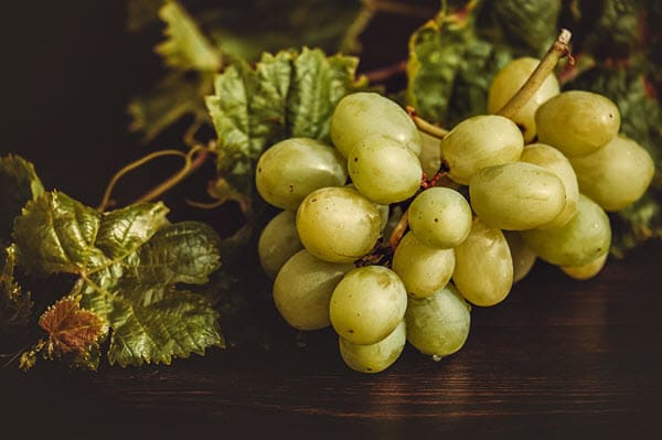 фото винограда с листьями