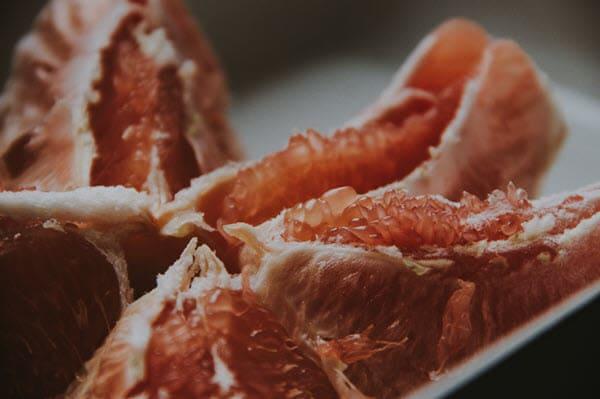 фото порезанного красного помело