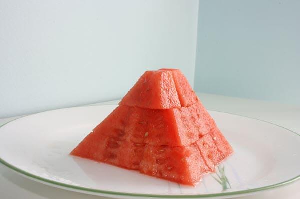 фото вкусного арбуза на тарелке