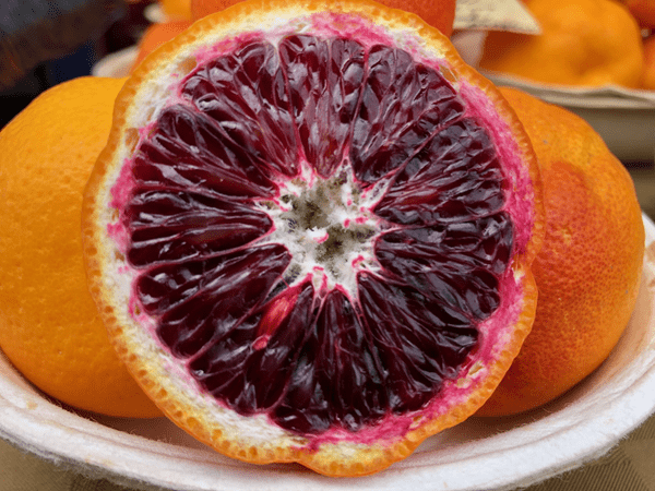 фото кровавого апельсина на тарелке