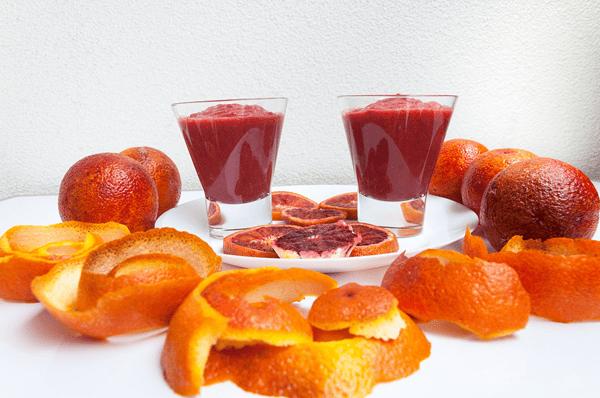фото плодов кровавого апельсина с смузи и дольками