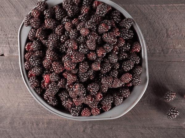 фото бойзеновой ягоды в тарелке