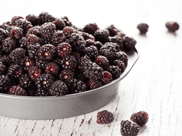 бойзеновые ягоды на тарелке
