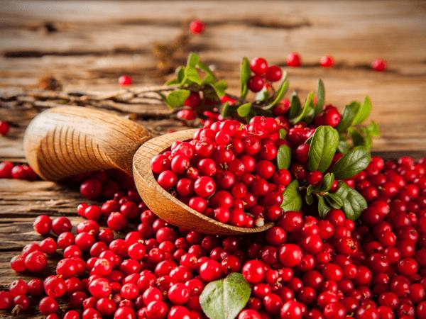 фото ягод ключквы с листьями на деревянном столе
