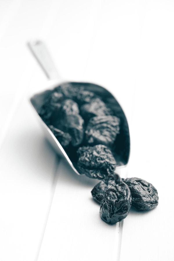 фото чернослива на столе