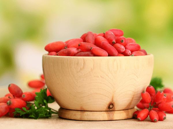 фото ягод барбариса в деревянно чаше