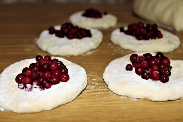 фото  заготовок пирожков с брусников