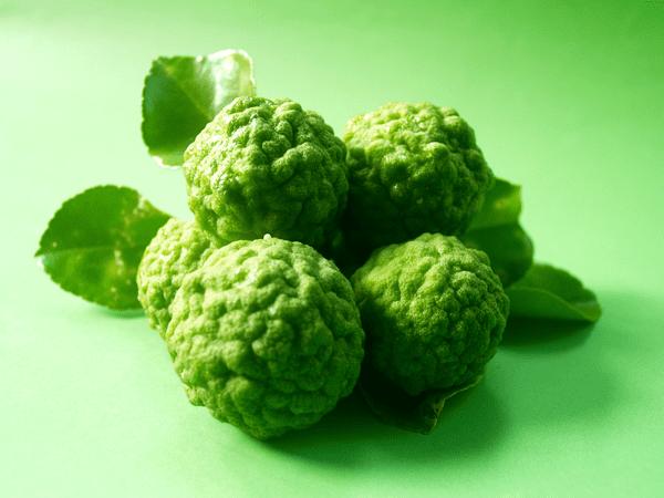 фото плодов бергамота на зеленом  фоне