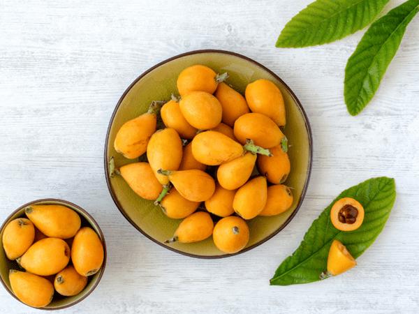 фото плодов мушмулы на столе