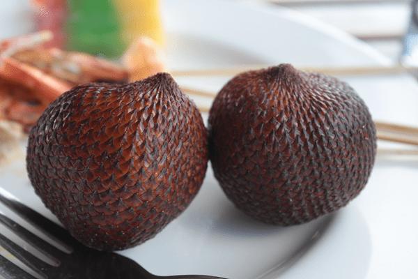 фото  2-х  плодов салака на тарелке