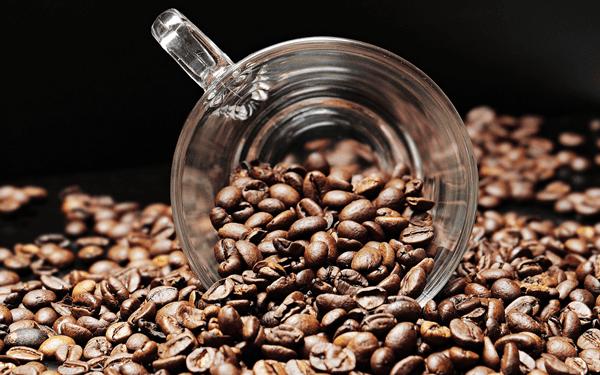 фото кофейных зерен с кружкой
